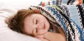 خواب کودک در سفر