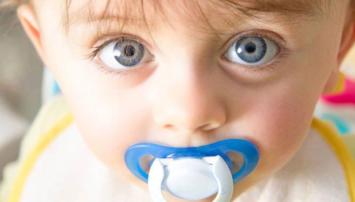 گرفتن پستانک از کودک را هرچه زودتر انجام دهید بهتر است