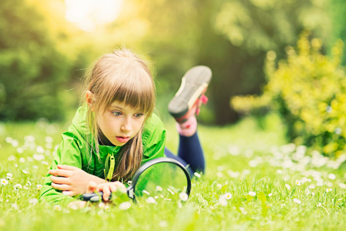کودک علاقه مند به محیط زیست