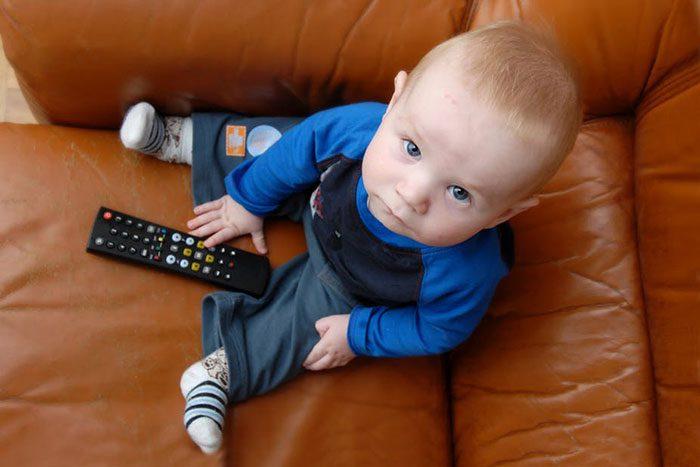 تماشای تلویزیون در نوزادان