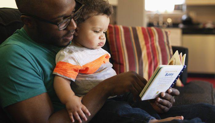 کتاب خواندن برای کودک از ۱۳ تا ۲۴ ماهگی