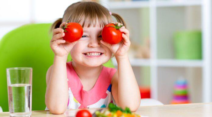 بازی کردن با غذا : چرا باید اجازه دهید بچهها با غذایشان بازی کنند؟