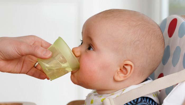 نوزاد به چه مقدار آب نیاز دارد