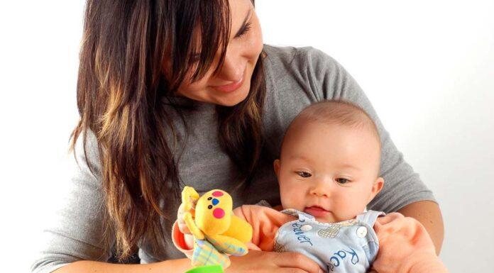 ۱۲ سرگرمی برای نوزاد که برای رشد جسمی و ذهنی مفید هستند