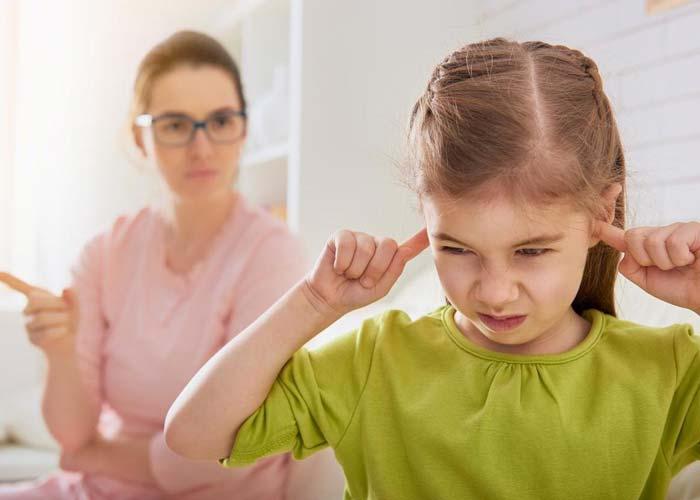 چرا والدین هلیکوپتری اینگونه رفتار میکنند؟