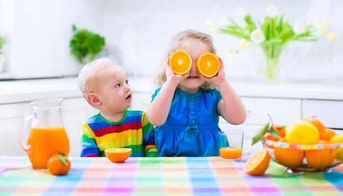 چه زمانی نوزاد میتواند آب میوه یا آب طعم دار مصرف کند