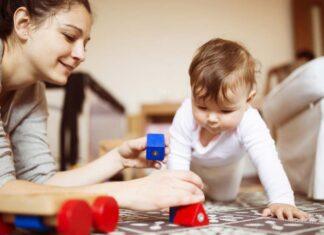 چگونه باید با نوزاد یا کودک خردسال بازی کرد؟