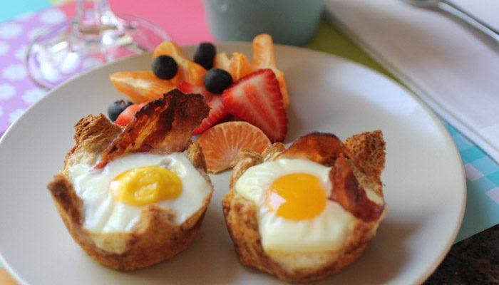 تخم مرغ، نان تست و میوه