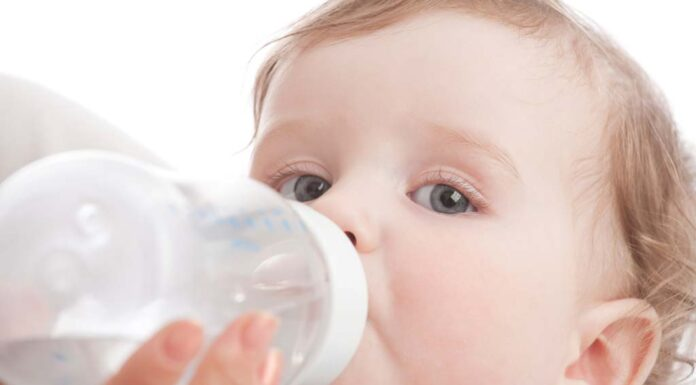 آب دادن به نوزاد از چند ماهگی باید شروع شود؟