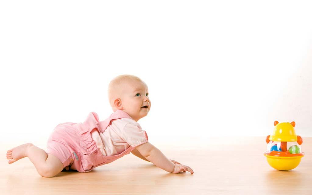 آیا چهار دست و پا رفتن برعکس نوزاد مشکلی دارد؟