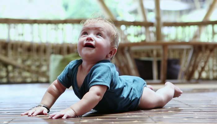 نوزاد چه زمانی شروع به چهاردست و پا رفتن میکند؟