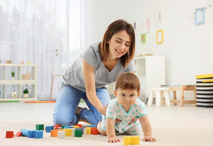چگونه به نوزاد کمک کنیم چهاردست و پا به جلو برود