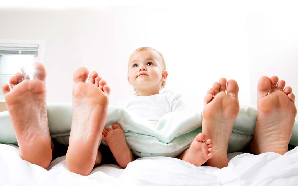 خوابیدن کودک در کنار والدین بهتر است یا جدا از والدین؟