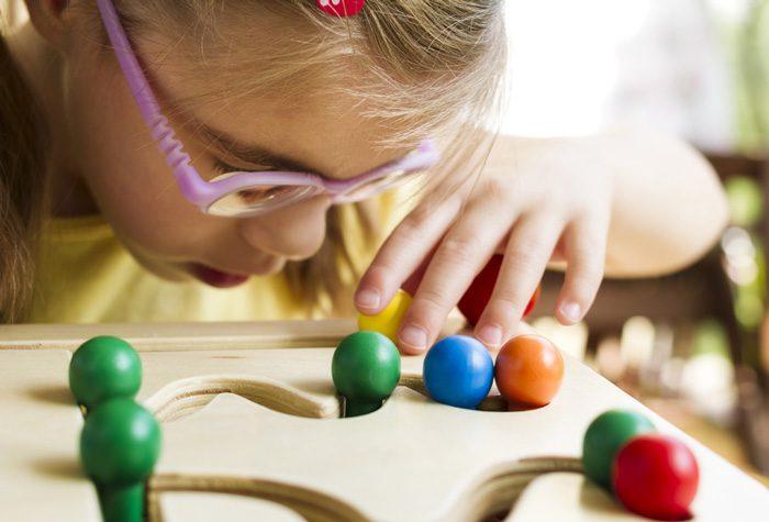 آموزش رنگ به کودک نابینا