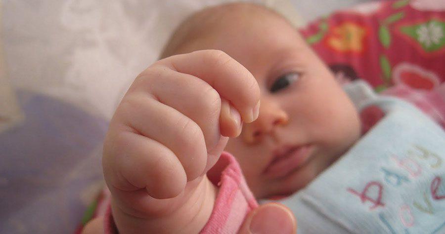 زبان بدن کودک: مشت گره کرده