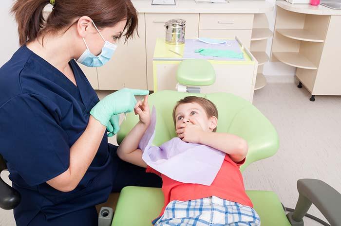 تشویق دندانپزشک به مسواک زدن