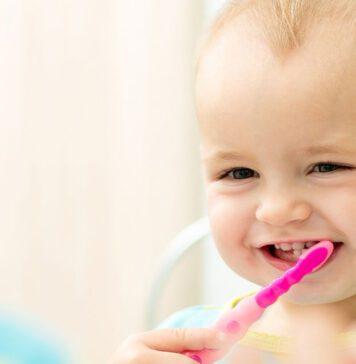 تمیز کردن لثه کودک پیش از درآمدن دندان