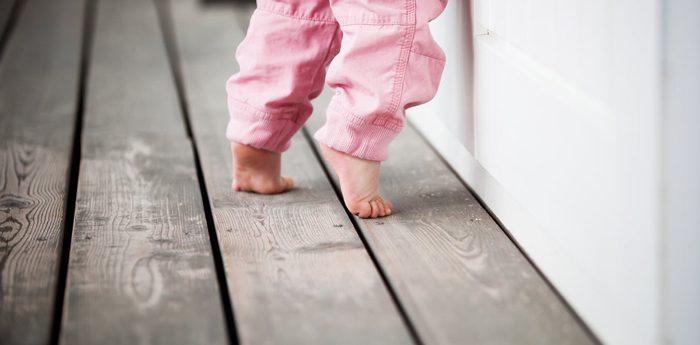 پابرهنه راه رفتن کودک