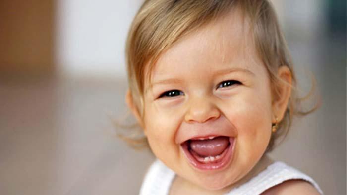 خنده کودک به شکل گزینشی در حدود ۹ ماهگی