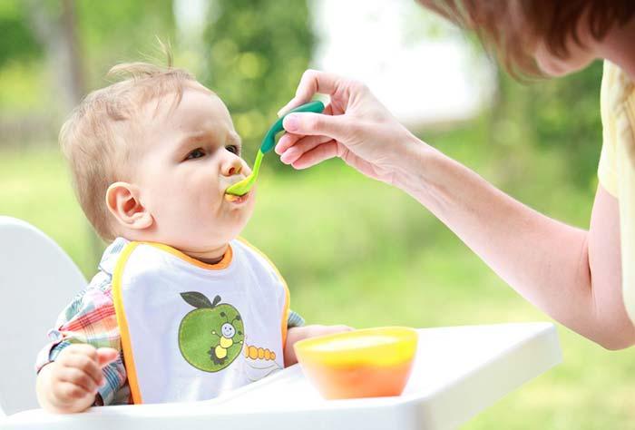 تغذیه نوزاد با مواد غذایی جامد