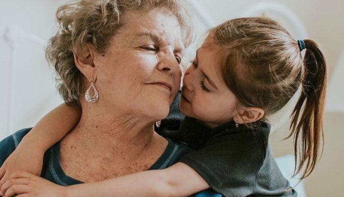 کلام آخر از اجبار کودک به بوسیدن پدربزرگ و مادربزرگ