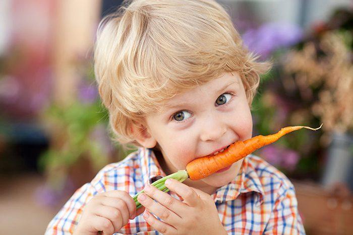 دادن هویج به کودک