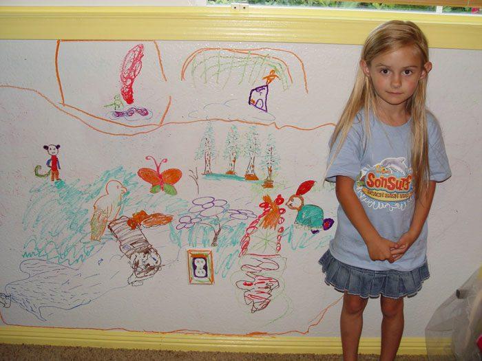 نقاشی کودک روی دیوار