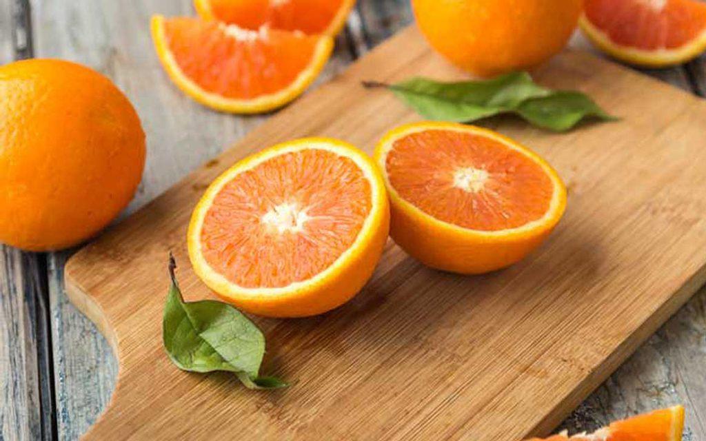 دادن پرتقال به کودک