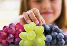دادن انگور به کودک