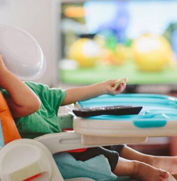 تماشای تلویزیون در حین غذا خوردن چه تاثیری بر کودک شما دارد؟