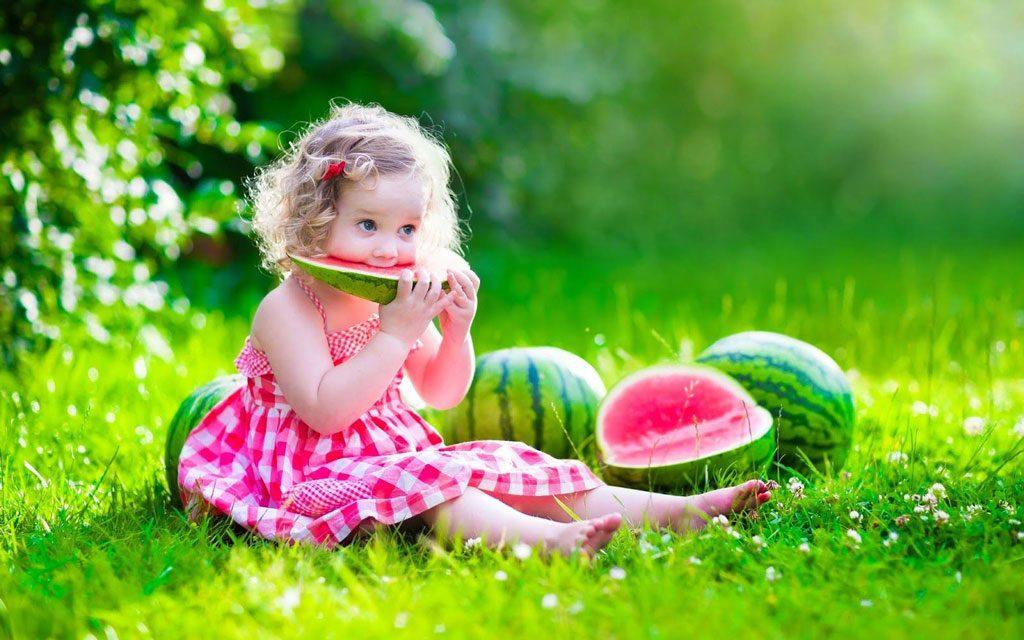 دادن هندوانه به کودک