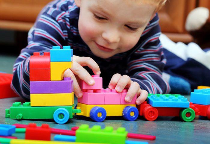 بازی کردن کودک با اسباب بازی