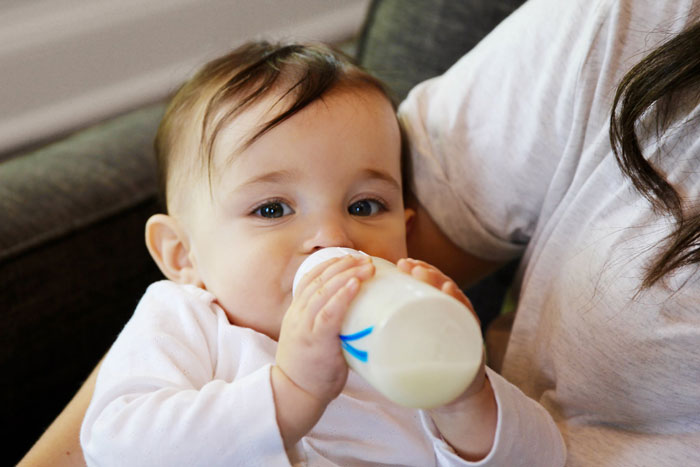 شیر دادن با شیشه شیر