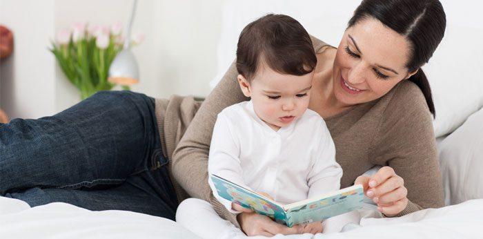 سرگرم کردن نوزاد با کتاب