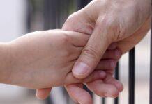 والدین در زندان